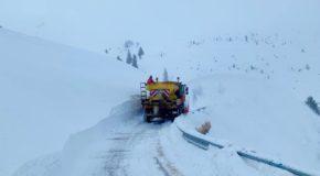 Dâmbovița. Drumul montan DJ 713 rămâne închis circulației rutiere din cauza viscolului intens. Accesul către Padina-Peștera este posibil pe DJ 714, pe la Sanatoriul Moroeni