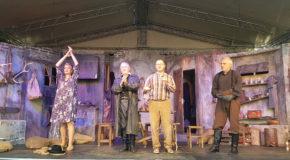 """Teatru la Palatul Brâncovenesc de la Potlogi. Piesa """"Fierarii"""" cu Mălăele, Morgenstern și Mihăița, aplaudată de sute de spectatori"""