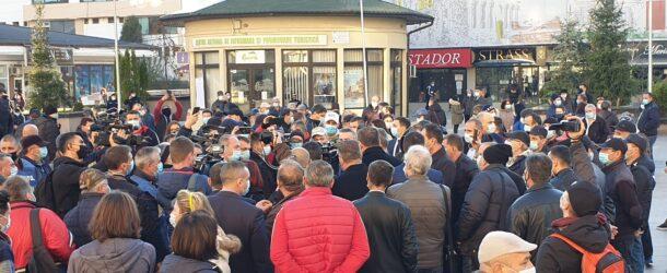Premierul Ludovic Orban, baie de mulțime la Târgoviște, în plină pandemie de coronavirus! În campanie electorală, primul-ministru și ministrul Economiei au spus că vor salva COST prin preluarea de active funcționale ale societății, iar salariații vor fi preluați de o societate înființată de Stat