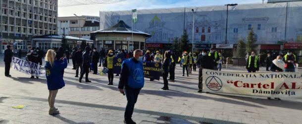 VIDEO. Măsurile de austeritate PNL-USR-UDMR au scos sindicaliștii în stradă. La Târgoviște au protestat salariați din sănătate și asistență socială alături de cei ai Combinatului de Oțeluri Speciale