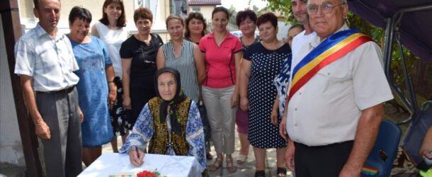 Sărbătoare în comuna Raciu. Tanti Rada, cel mai vârstnic locuitor al localității, a împlinit un secol de viață, iar primarul Vasile Grădinaru și echipa sa de la Primărie i-au făcut o serie de surprize.